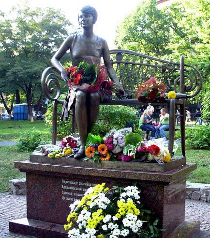 Памятник Елене Телиге на «Студенческой поляне» на территории студгородка Киевского политехнического института (КПИ).