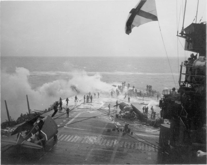 Палуба американского авианосца «Саратога» после атаки самолетом камикадзе. Февраль, 1945 г.
