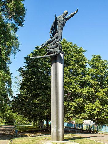 Памятник футболистам «матча смерти» у стадиона «Старт».