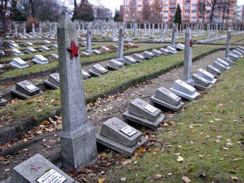 Могилы воинов на кладбище.