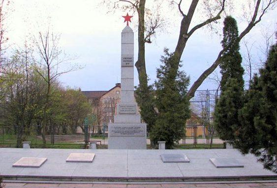 г. Тчев. Памятник на братской могиле по улице 30 Стычня, в которой похоронено 469 советских воинов, в т.ч. 357 неизвестных, погибших в годы войны.