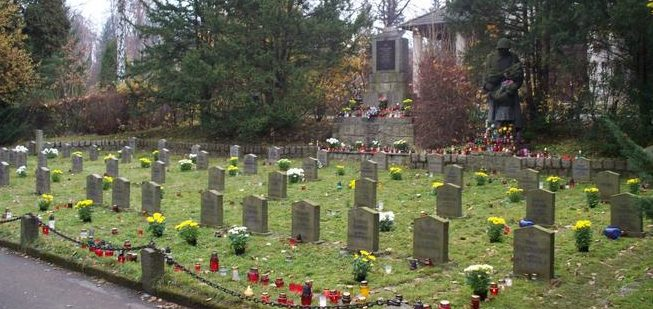 г. Еленя-Гура. Воинское кладбище по улице Судецка, где похоронено 64 советских воина, в т.ч. 9 неизвестных, погибших в годы войны.