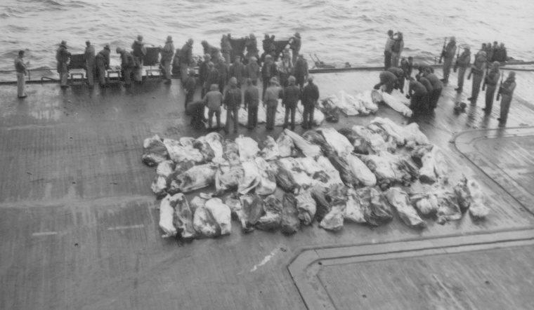 Похороны моряков американского авианосца «Саратога», погибших в результате атаки камикадзе. Февраль, 1945 г.