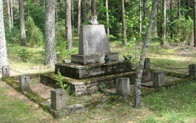 д. Колесьне, Белостокского повята. Памятник на братской могиле, в которой похоронено 11 воинов, в т.ч. 10 неизвестных.