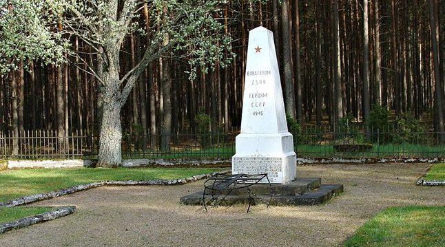д. Кашубьян, повят Хойницкий. Памятник на братской могиле, в которой похоронено 387 советских воинов, в т.ч. 362 неизвестных.