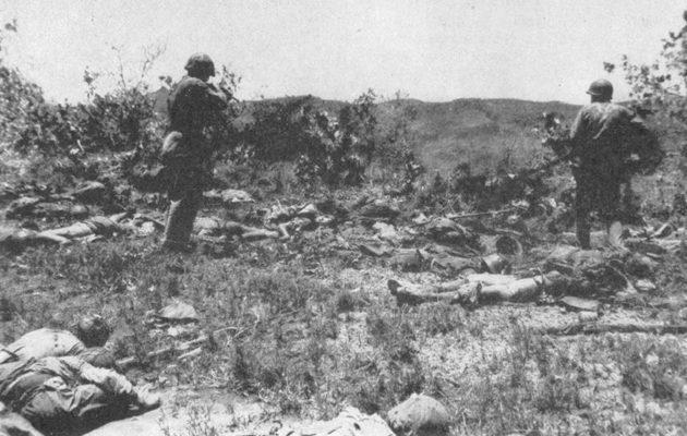 Американцы осматривают поле боя после банзай-атаки.