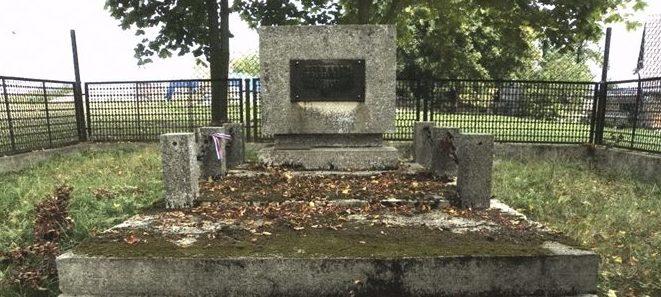 с. Раджехув, гмина Загродно. Памятник на братской могиле, в которой похоронено 2 неизвестных советских воина, погибших в годы войны.