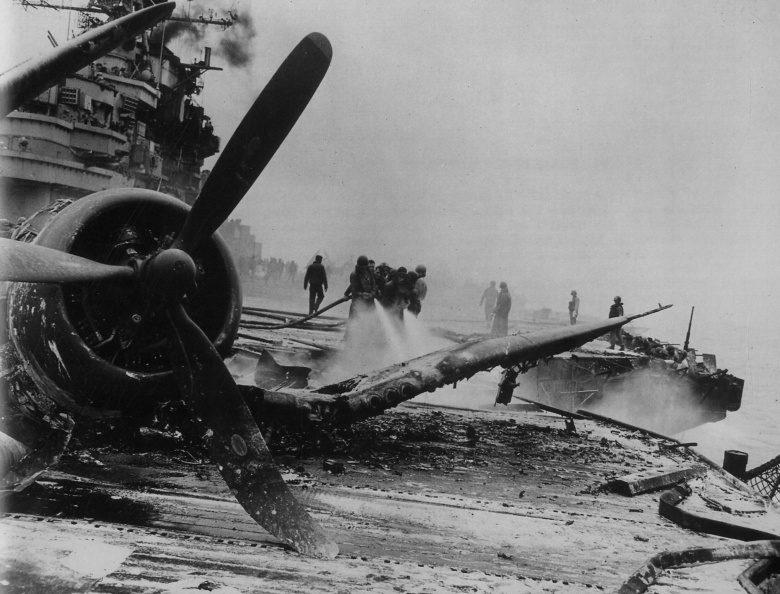 Палуба американского авианосца «Хэнкок» после атаки самолета-камикадзе в сражение за Окинаву. Апрель, 1945 г.