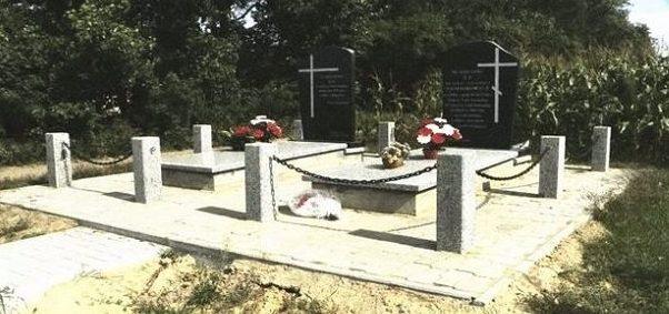 д. Лиза Стара, Белостокского повята. Памятники на братских могилах, в которых похоронено 19 воинов, погибших в годы войны.