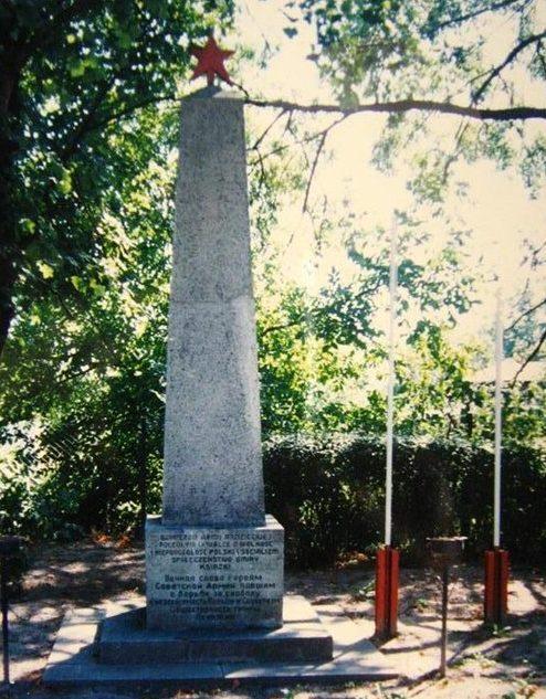 д. Ксенжки, Вомбжезненский повят. Обелиск на братской могиле, в которой похоронено 156 советских воинов.