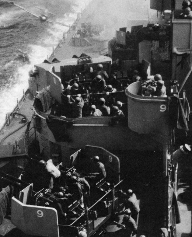 Японский камикадзе на истребителе A6M врезается в американский линкор «Миссури». Апрель, 1945 г.