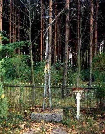 д. Михалово, Белостокского повята. Братские могилы в лесу, где захоронено 13 военнопленных.