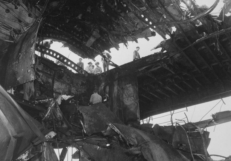 Вид на самолетный ангар американского авианосца «Рандолф», поврежденный в результате атаки камикадзе. Май, 1945 г.