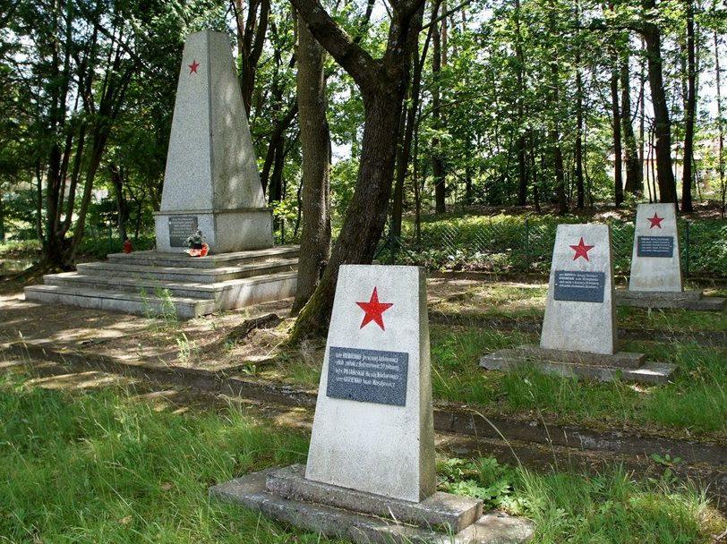 Памятник и братские могилы на кладбище.