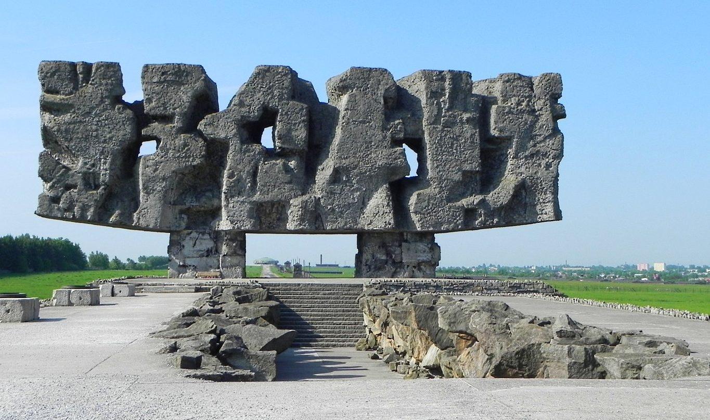 Мемориал-ворота лагеря.