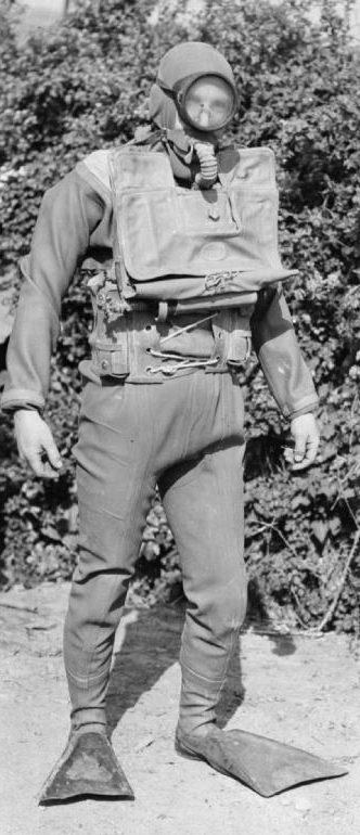 Британский боевой пловец в боевой экипировке.