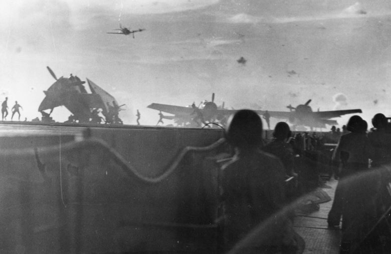 Самолет камикадзе атакует американский эскортный авианосец «Натома Бэй». Май, 1945 г.