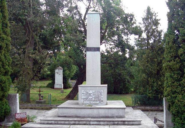 г. Штум. Памятник по улице Пененжно, установленный на братской могиле, в которой похоронено 405 советских воинов, в т.ч. 327 неизвестных.