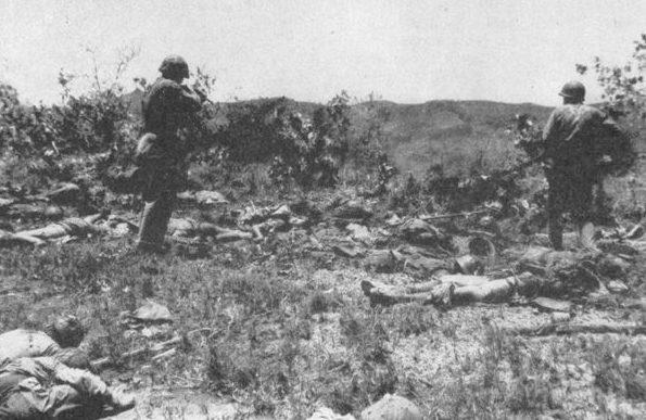 Американцы осматривают поле боя после банзай-атаки. 1944 г.