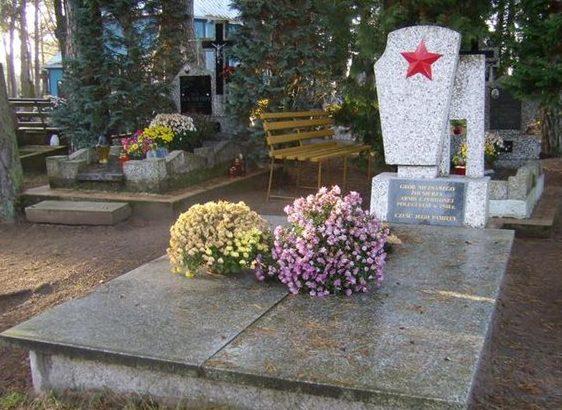 с. Орля, Бельского повята. Памятник на братской могиле, где похоронено 17 советских воинов.