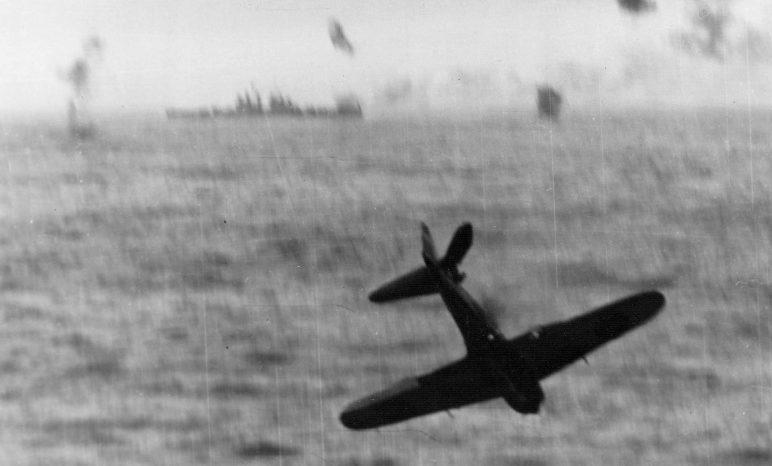 Сбитый самолет камикадзе А6M5 «Зеро» у борта авианосца «Эссекс». Май, 1945 г.