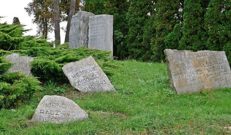 Камни в память погибших итальянских и советских военнопленных, евреях из четырех демблинских трудовых лагерей и павших в боях за освобождение Демблина солдат Красной Армии и Войска Польского.