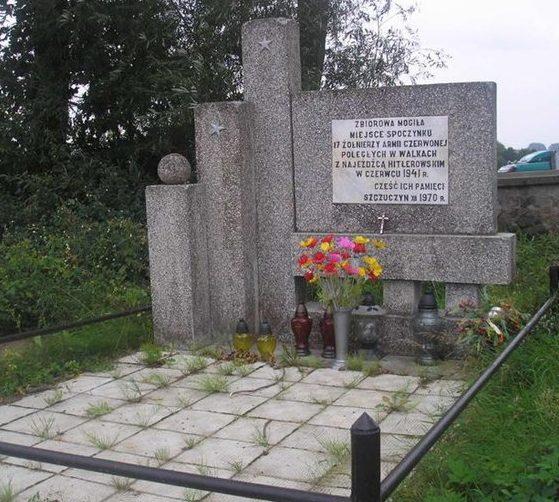 г. Щучин, Граевский повят. Памятник на братской могиле на Римско-католическом кладбище, в которой захоронено 17 воинов.