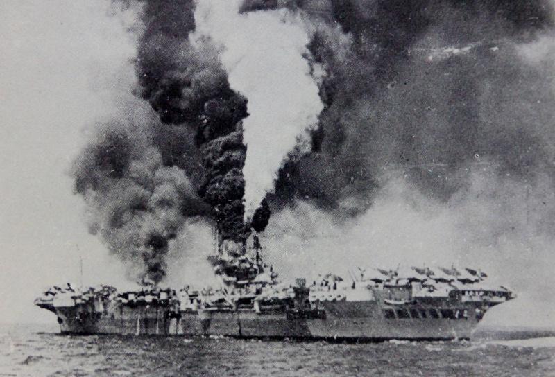 Пожар на британском авианосце «Формидебл» после атаки летчика-камикадзе во время сражения за остров Окинава. Май. 1945 г.