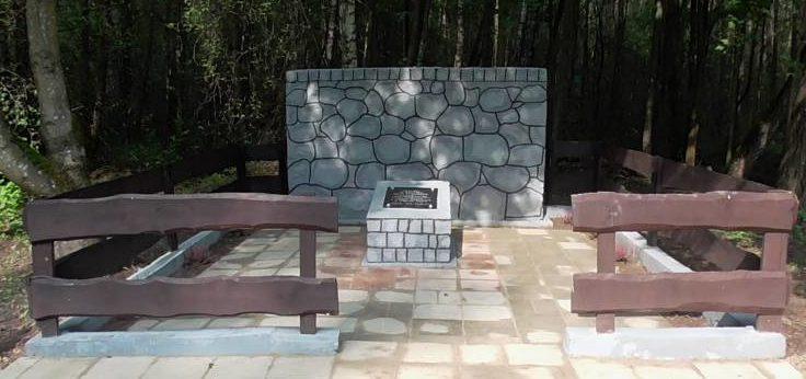с. Забеле, Монькского повята. Памятник 10 советским военнопленным, расстрелянных немецкими оккупантами летом 1943 года.