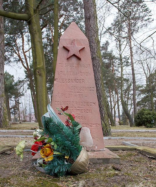 Памятник на могиле пилотов Красной Армии.