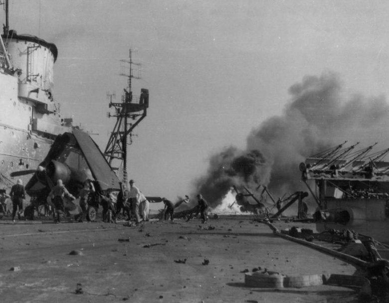 Палуба английского авианосца «Индомитебл» после атаки самолетов камикадзе. Май, 1945 г.