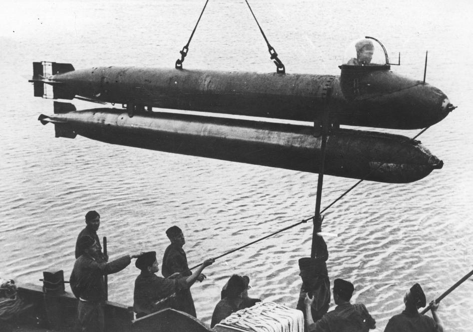 Спуск торпеды «Neger» в море.
