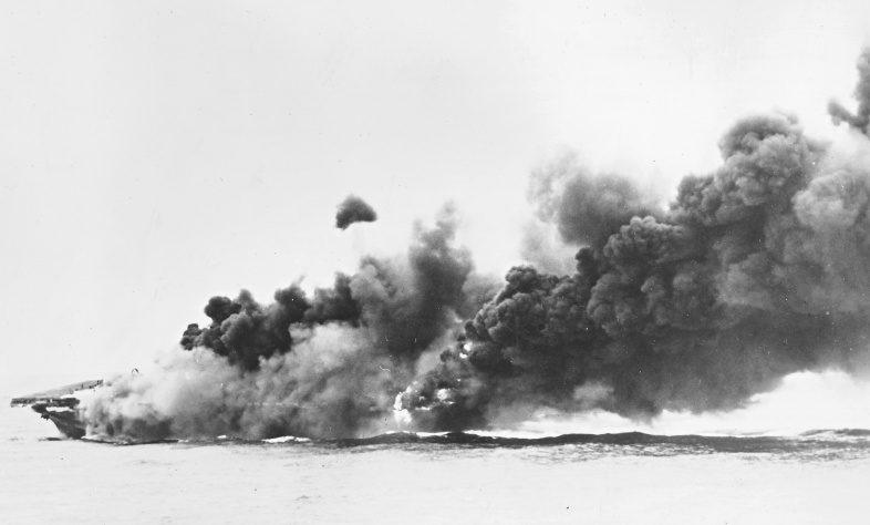 Американский авианосец «Хэнкок» после атаки камикадзе у Окинавы. Май, 1945 г.