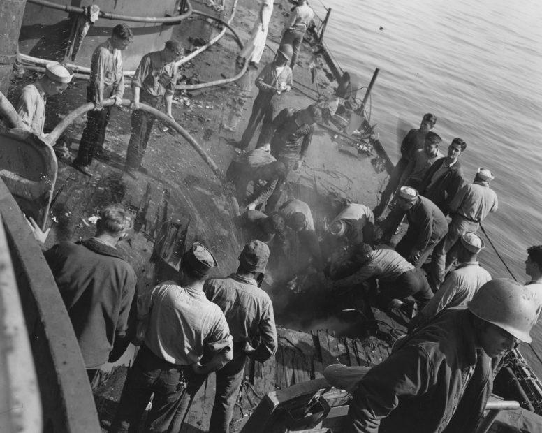 Палуба американского легкого крейсера «Бирмингем» после атаки камикадзе на Окинаве. Май, 1945 г.