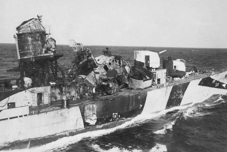 Американский эсминец «Хейзелвуд», спустя несколько дней после атаки самолета камикадзе. Май, 1945 г.