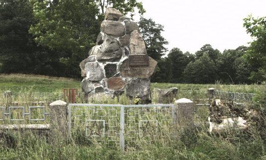 д. Герасимовичи, Сокульский повят. Памятник, установленный на братской могиле, в которой похоронено 50 советских воинов, в т.ч. 49 неизвестных.