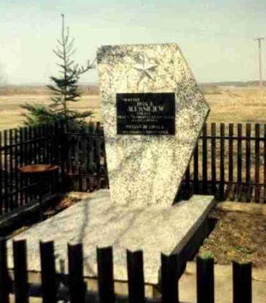 с. Крапивно, Сокульский повят. Памятник, установленный на братской могиле, где похоронено 75 советских воинов, в т.ч. 74 неизвестных, погибших в годы войны.