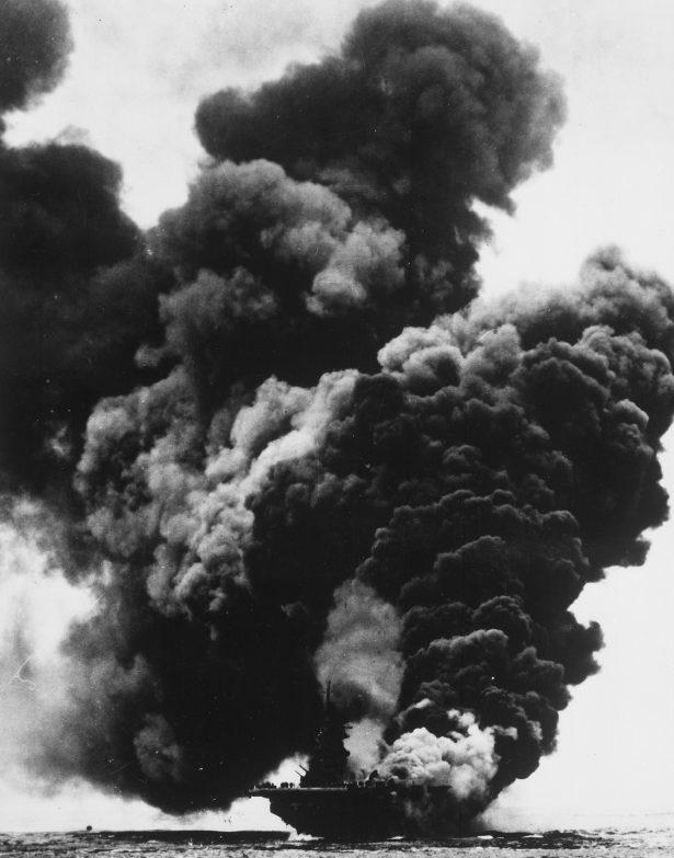 Авианосец «Банкер Хилл» после попадания двух самолетов камикадзе у Окинавы. Май, 1945 г.