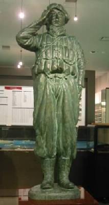 Статуя камикадзе при входе в музей военно-морской авиации Канойа.
