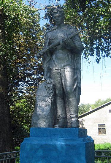 с. Безугловка Згуровского р-на. Памятник в центре села, установленный в 1958 году на братской могиле воинов, погибших в годы войны.