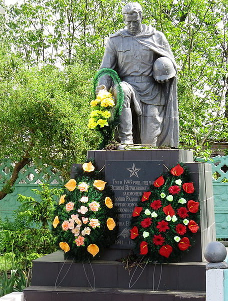 с. Гуровщина Киево-Святошинского р-на. Памятник по улице Киевской, установленный в 1954 году на могиле советских воинов, погибших в 1943 года.