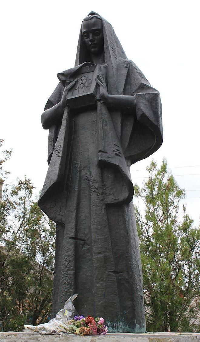 с. Большая Каратуль Переяслав-Хмельницкого р-на. Памятник у дома культуры, установленный в 1965 году воинам-односельчанам, погибшим в годы войны.
