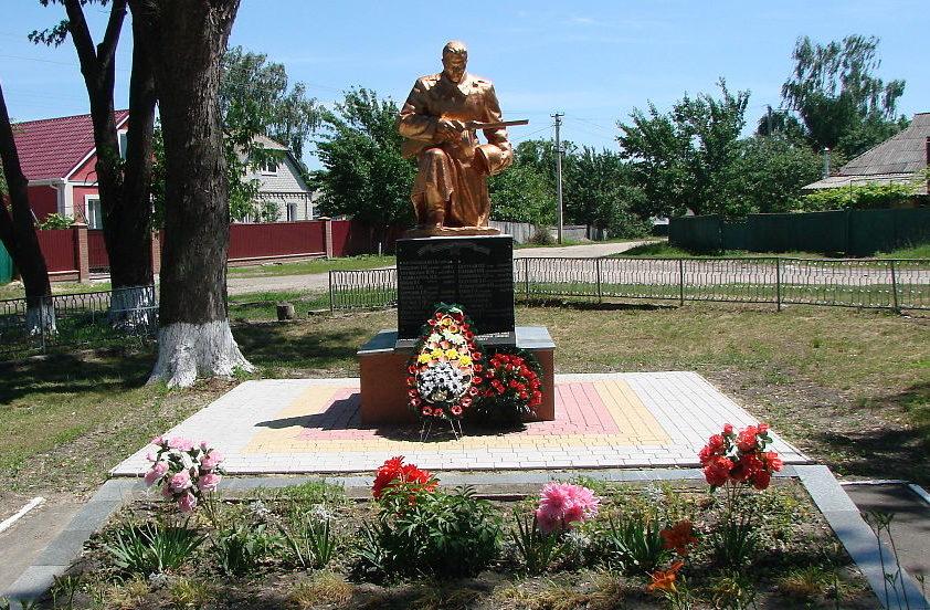 пгт. Барышевка. Памятник у школы, установленный в 1956 году на братской могиле воинов и партизан, погибших в годы войны.