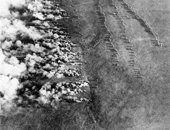 Распыление отравляющего газа по ветру в сторону противника. Первая мировая война.