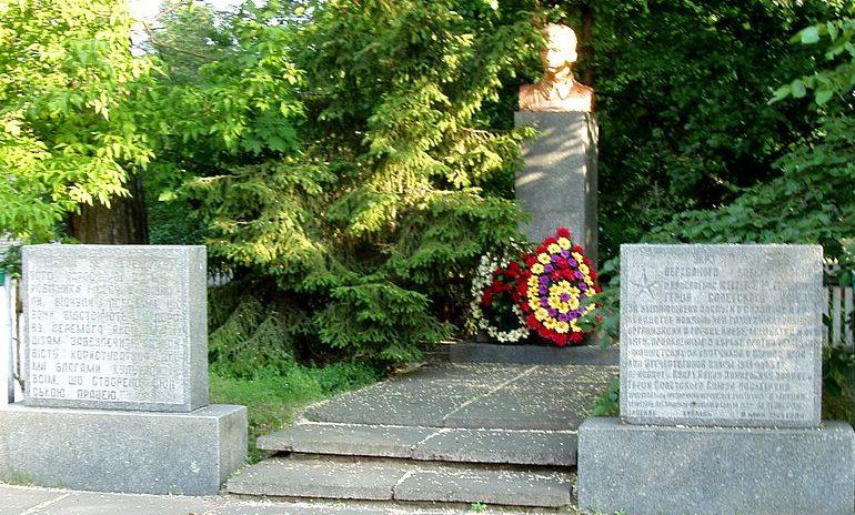 с. Процив Бориспольского р-на. Памятник, установленный в 1976 году по улице Шевченко Герою Советского Союза Кудри И.Д., который погиб в 1942 году.