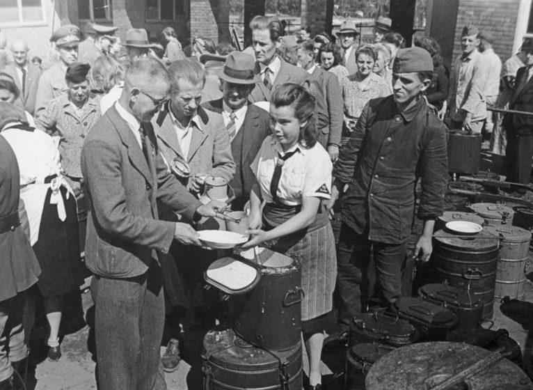 Раздача горячего питания девушками из BDM, пострадавшим от бомбардировок. 30.08.1943 г.