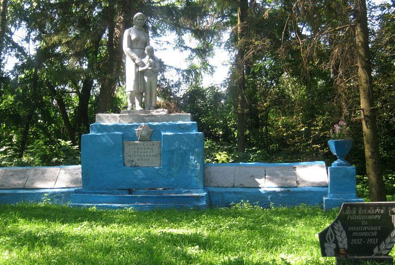 с. Безугловка Згуровского р-на. Памятник, установленный в 1959 году воинам-односельчанам, не вернувшимся с войны.