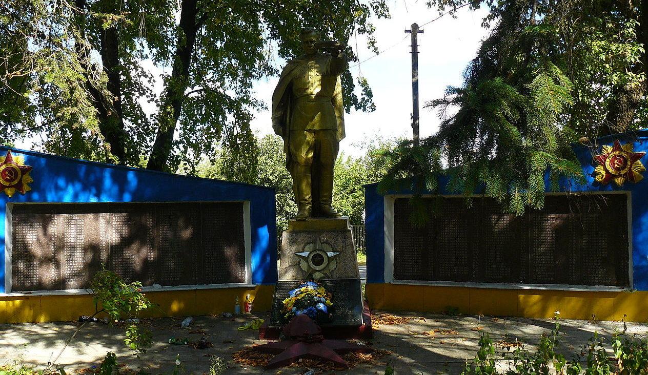 с. Рожив Макаровского р-на. Памятник односельчанам, не вернувшимся с войны.