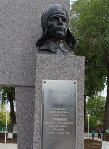 Памятник П.Ф. Семенюку.