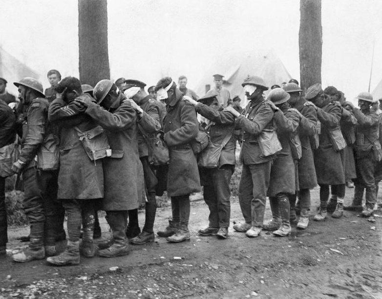 Британские солдаты, ослепленные слезоточивым газом в битве при Эстерире, 10 апреля 1918 года.